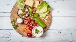 Legumes frescos e queijo na tabela de madeira retro branca Imagem de Stock