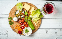 Legumes frescos e queijo na tabela de madeira retro branca Foto de Stock Royalty Free