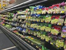 Legumes frescos em um mercado super Imagens de Stock