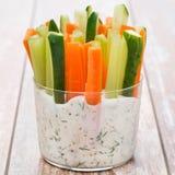 Legumes frescos em um molho do iogurte em um vidro Foto de Stock
