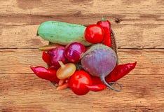Legumes frescos em uma cesta Foto de Stock