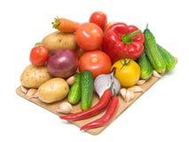 Legumes frescos em uma placa de estaca Fotografia de Stock Royalty Free