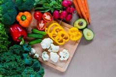 Legumes frescos em uma placa de estaca Foto de Stock