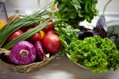 Legumes frescos em uma tabela branca Bio alimento, ervas e especiarias saudáveis Vegetais orgânicos na placa Conceito do alimento Fotos de Stock
