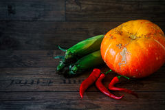 Legumes frescos em uma tabela escura Fundo do outono Comer saudável Abóbora, pimentas de sino, paprika, tomates, espiga de milho Foto de Stock Royalty Free