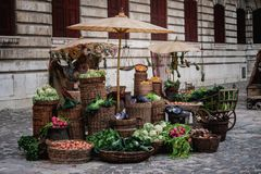 Legumes frescos indicados para a venda em um mercado velho Imagens de Stock