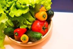 Legumes frescos na bacia de madeira Vista superior Foco seletivo Perda de peso para o diabético Escolha colorida dos vegetais Fotografia de Stock