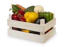Legumes frescos na caixa de madeira isolada no fundo branco Imagens de Stock Royalty Free