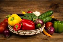 Legumes frescos na caixa de madeira no fundo rústico Fotos de Stock Royalty Free