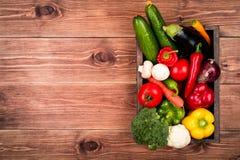 Legumes frescos na caixa de madeira no fundo rústico Fotografia de Stock