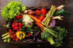 Legumes frescos na cesta Imagens de Stock