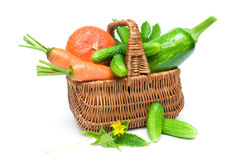 Legumes frescos na cesta no fundo branco Foto de Stock Royalty Free