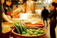 Legumes frescos na loja da rua fotografia de stock