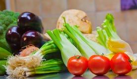 Legumes frescos na mesa de cozinha Fotos de Stock Royalty Free