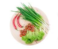 Legumes frescos na placa de estaca Imagens de Stock Royalty Free