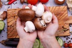 Legumes frescos na tabela imagens de stock royalty free