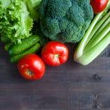 Legumes frescos na tabela Brócolis, tomates, pepinos, aipo, salada Formato quadrado Fotografia de Stock Royalty Free
