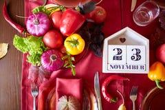 Legumes frescos na tabela vermelha Bio alimento, ervas e especiarias saudáveis Vegetais orgânicos na placa Conceito do alimento Fotografia de Stock