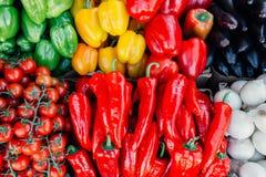 Legumes frescos no contador de s do ` do fazendeiro Fotografia de Stock