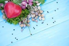 Legumes frescos no fundo azul de madeira natural Vegetais tradicionais do russo Imagem de Stock Royalty Free