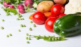 Legumes frescos no fundo branco de madeira Fotografia de Stock Royalty Free