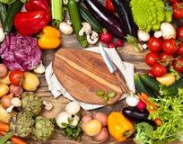 Legumes frescos no fundo de madeira Fotos de Stock
