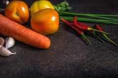 Legumes frescos para a dieta saudável em uma tabela rústica e em um CCB escuro Imagens de Stock