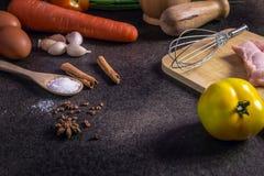 Legumes frescos para a dieta saudável em uma tabela rústica e em um CCB escuro Imagens de Stock Royalty Free