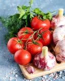 Legumes frescos para a opinião superior da salsa do aneto do alho dos tomates da salada Foto de Stock
