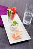 Petisco dos legumes frescos e do mergulho de queijo creme Imagem de Stock Royalty Free