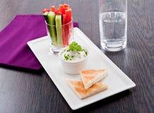 Petisco dos legumes frescos e do mergulho de queijo creme Foto de Stock