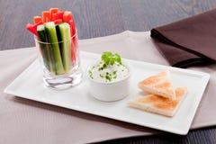 Petisco dos legumes frescos e do mergulho de queijo creme Imagens de Stock Royalty Free