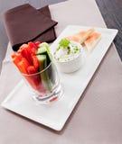 Petisco dos legumes frescos e do mergulho de queijo creme Imagem de Stock
