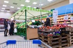 Legumes frescos prontos para a venda em Perekrestok Samara Store, Rus Imagem de Stock Royalty Free