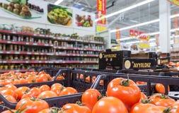 Legumes frescos prontos para a venda no hipermercado Fotografia de Stock Royalty Free