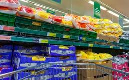 Legumes frescos prontos para a venda no metro do hipermercado Fotografia de Stock