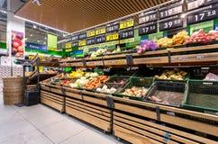 Legumes frescos prontos para a venda no supermercado Imagens de Stock