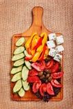 Legumes frescos rústicos com feta e azeitonas Fotos de Stock Royalty Free