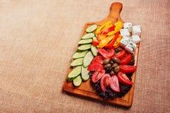 Legumes frescos rústicos com feta e azeitonas Fotografia de Stock Royalty Free