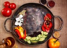 Legumes frescos rústicos em uma bandeja Fotografia de Stock