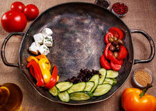 Legumes frescos rústicos em uma bandeja Imagem de Stock