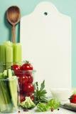 Legumes frescos sortidos com mergulho e boa cerâmica branca do serviço Imagens de Stock Royalty Free