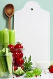 Legumes frescos sortidos com mergulho e boa cerâmica branca do serviço Foto de Stock Royalty Free