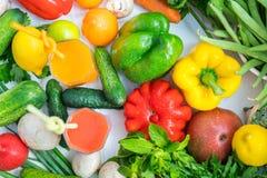 Legumes frescos sortidos com um batido saudável imagens de stock