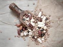 Legumes mieszanka w drewnianej łyżce obrazy royalty free