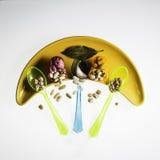 Legumes na plastikowych łyżkach i oryginalnym naczyniu Zdjęcia Royalty Free