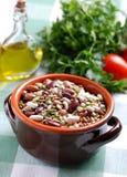 Legumes w earthenware pucharze Zdjęcia Royalty Free