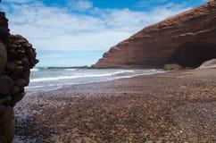 Legzira与其他岩石的岩层在左边 图库摄影