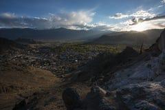 Leh市看法在日落作为期间的从Namgyal Tsemo Gompa拉达克,印度 库存图片