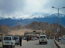 Leh市, ladakh,印度- 2014年5月04日:城市运输的公共汽车在Leh市场上 库存图片